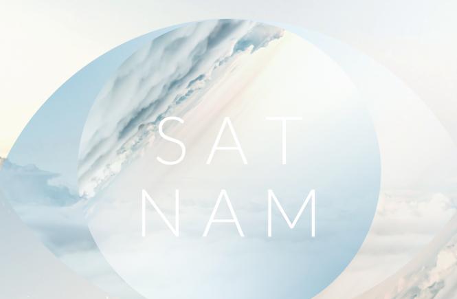 sat nam -teksti pilvien keskellä